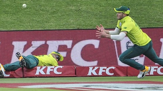 SA v AUS 2020: WATCH - Faf du Plessis and David Miller's catch on boundary rope leaves fans astonished