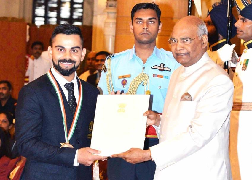 Virat kohli gets the 2018 Khel Ratna award from President of India | Twitter