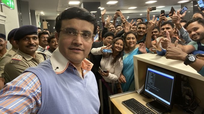 Sourav Ganguly clicks picture with fans at Bengaluru airport; Twitterati love the craze for 'Dada'