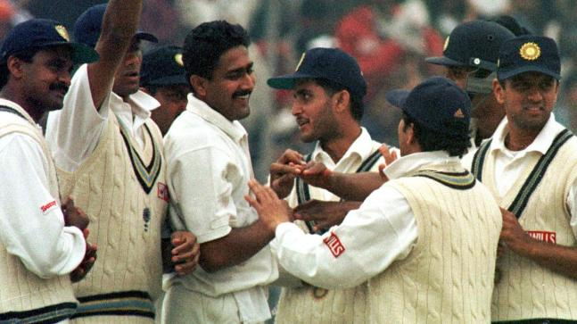 Anil Kumble celebrates picking all 10 Pakistani wickets in 2nd inns of Delhi Test