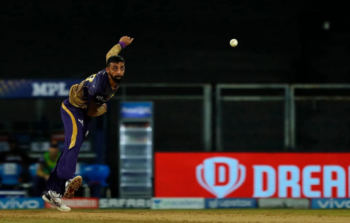 KKR spinner Varun Chakravarthy and Sandeep Warrier were the first ones to test positive for COVID-19 | BCCI/IPL