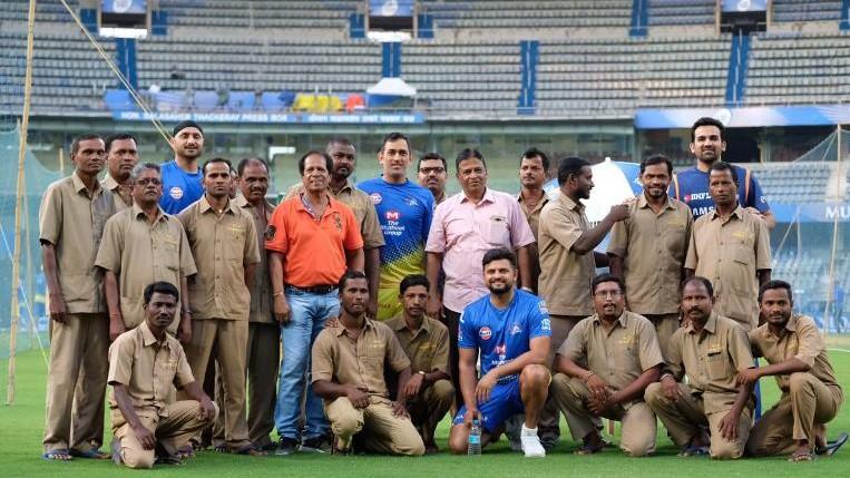 IPL 2019 : महेंद्र सिंह धोनी और सुरेश रैना ने वानखेड़े में ग्राउंड स्टाफ के साथ खिचवाई ये विशेष तस्वीर