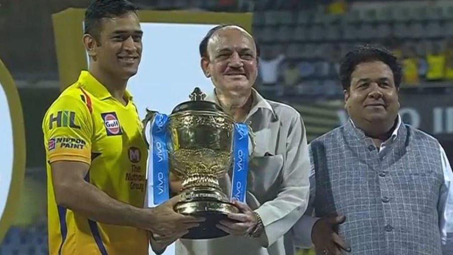 चेन्नई सुपरकिंग्स को 'बूढी टीम' बोलने वालो को धोनी ने दिया करारा जवाब