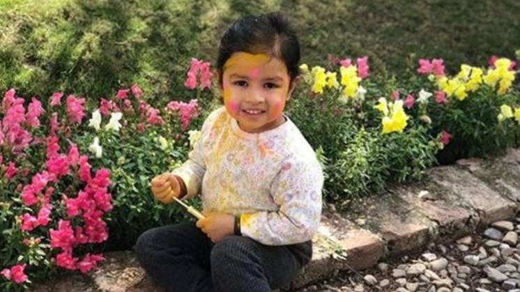 महेंद्र सिंह धोनी की बेटी जीवा धोनी ने खेली होली