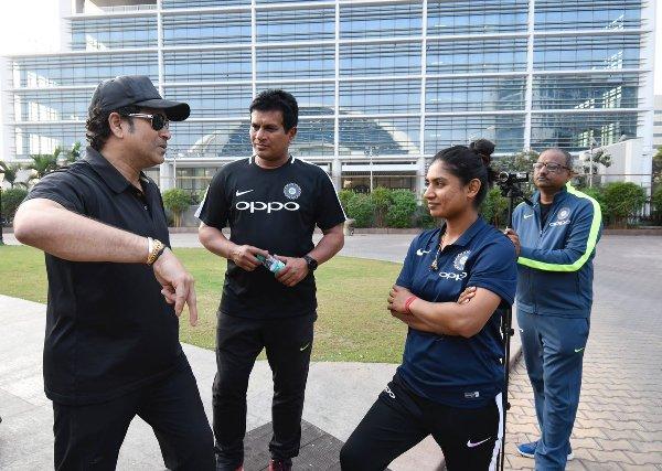 Sachin Tendulkar with Indian women's team skipper Mithali Raj | Twitter