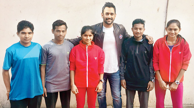 MS Dhoni meets Tribal runners from Dhule and gifts a bat to them