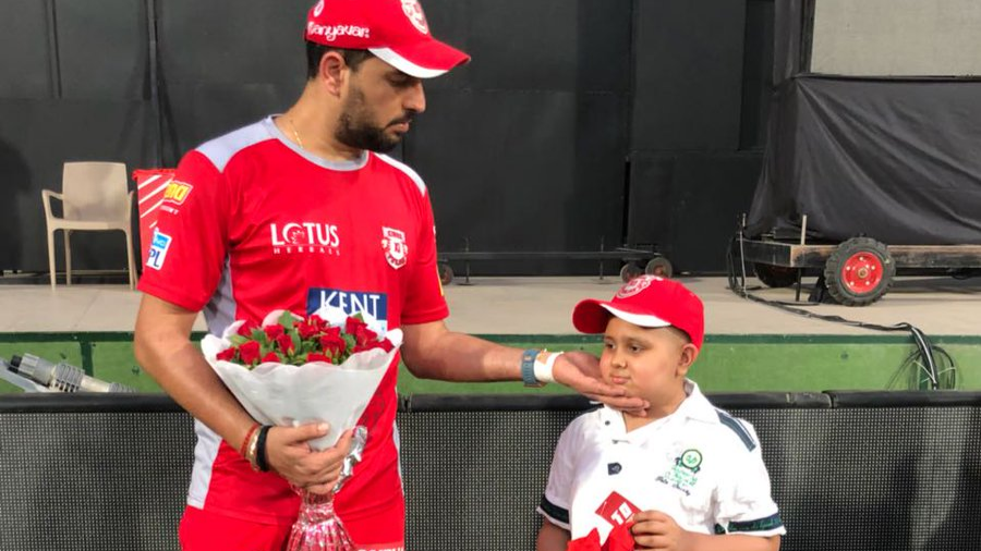 IPL 2018: Yuvraj Singh's kind gesture for his 'cancer suffering' little fan is winning the Internet