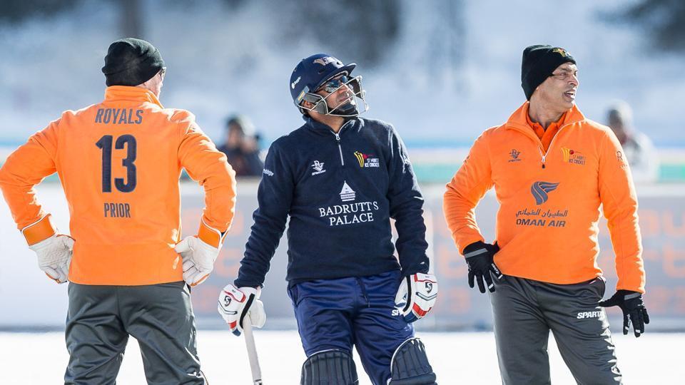 वीरेंद्र सहवाग ने आइस क्रिकेट में गेंदबाज़ो की पिटाई करने बाद ट्विटर पर अपने अंदाज़ में दी प्रतिक्रिया