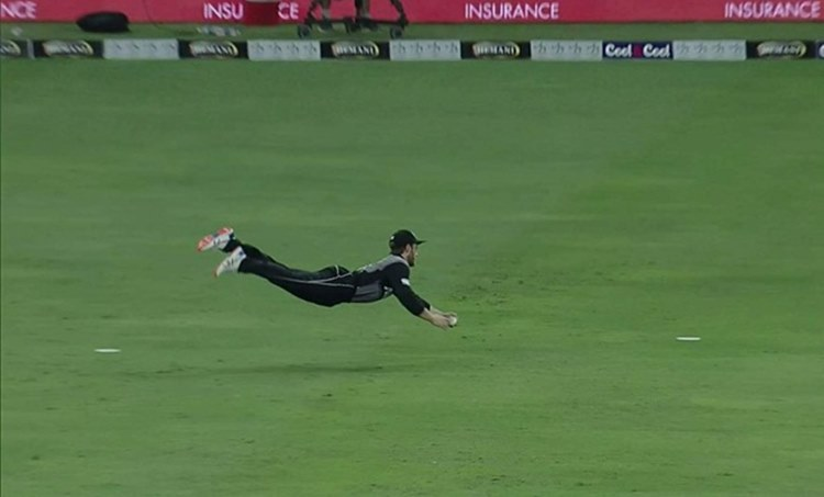 Kane Williamson grabs one out of mid-air to send back Zaman | Twitter