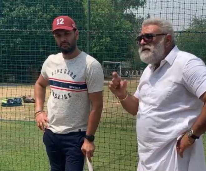 युवराज सिंह पिता योगराज सिंह के साथ| Twitter